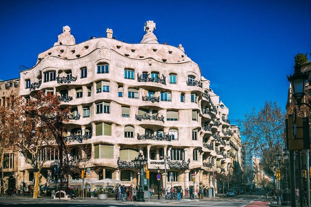 Фасад Ла-Педрера в Барселоне